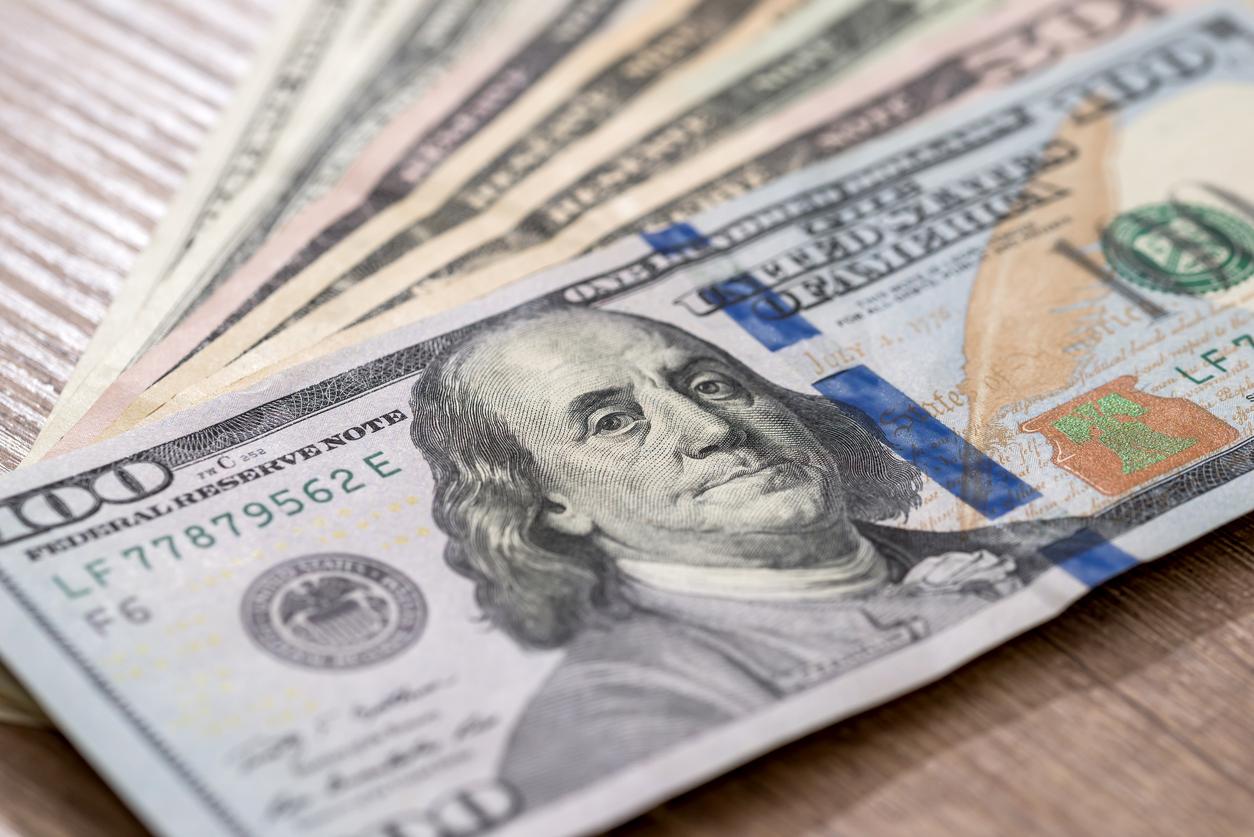 К закрытию межбанка доллар упал ниже 28 грн
