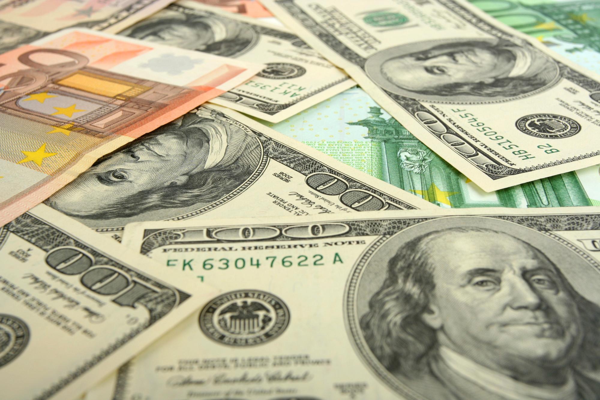 К закрытию межбанка доллар начал дорожать