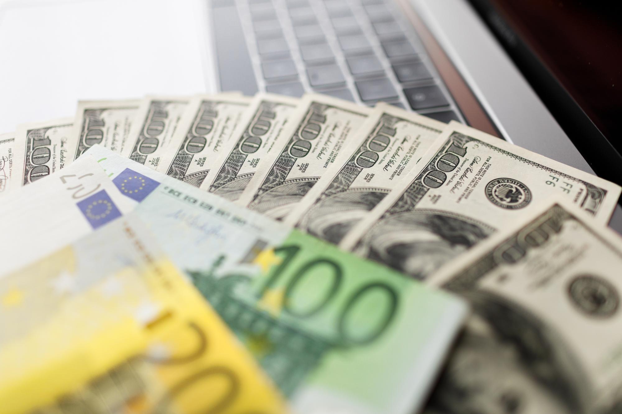Курс долара на межбанке продолжает падать