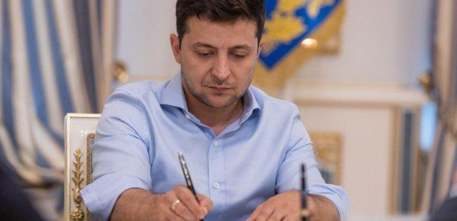 Зеленский подписал закон о платежных услугах: что изменится для украинцев - Фото