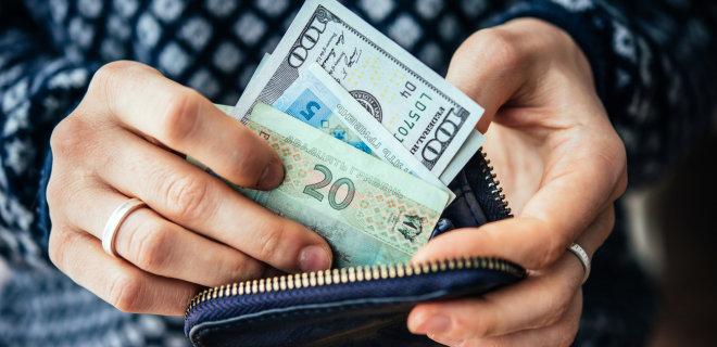 Укрепление гривни. Чистая продажа валюты населением в июле составила почти $400 млн - Фото