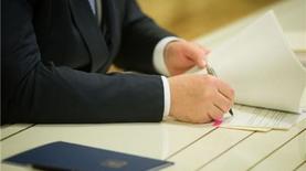 """Порошенко утвердил """"пенсионные"""" изменения в Бюджетный кодекс"""