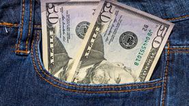 К закрытию межбанка доллар подешевел на 10 копеек