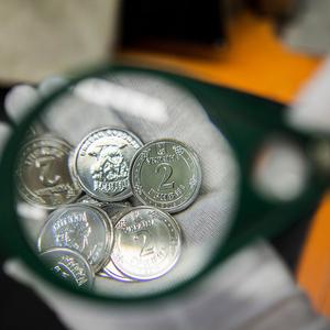 НБУ сегодня вводит в обращение новые монеты номиналом 1 и 2 грн - Фото
